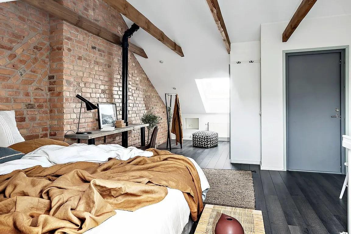 Un comble aménagé en une chambre chaleureuse  PLANETE DECO a