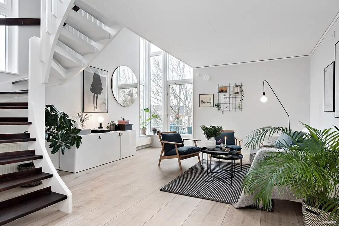 Un escalier sculptural dans un duplex au design scandinave