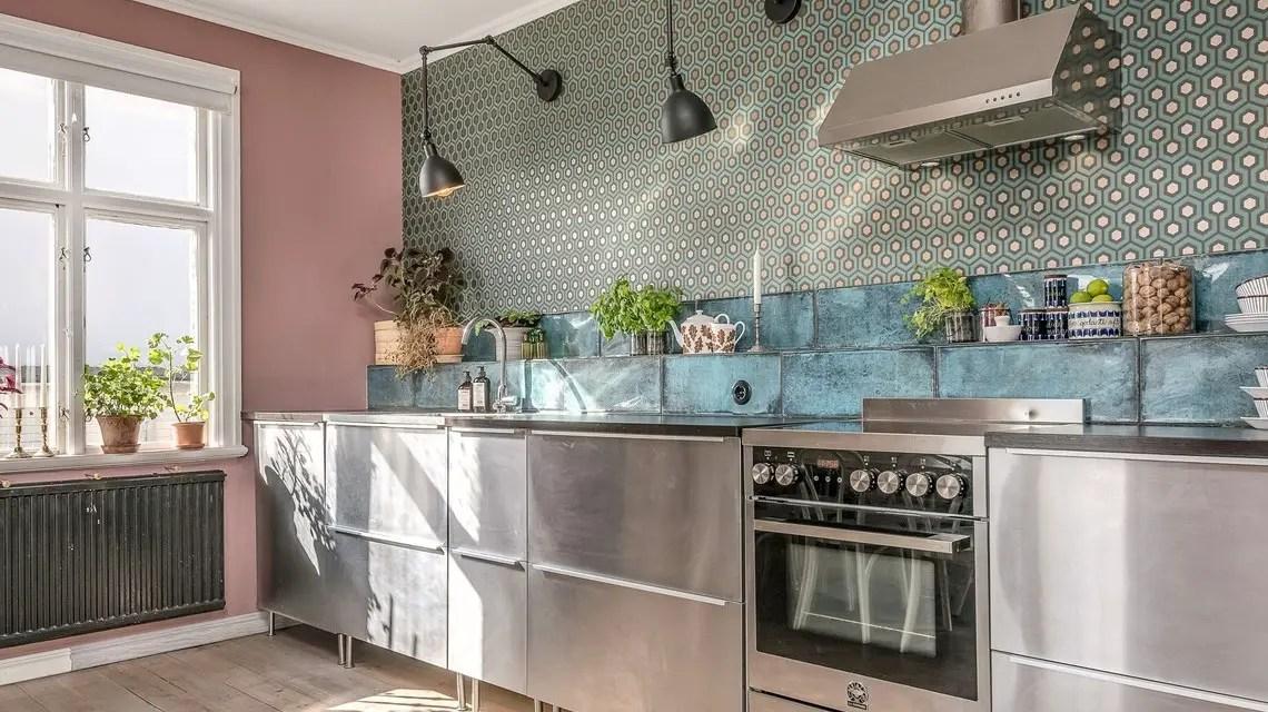 Une cuisine colorée et vintage dans un appartement ancien