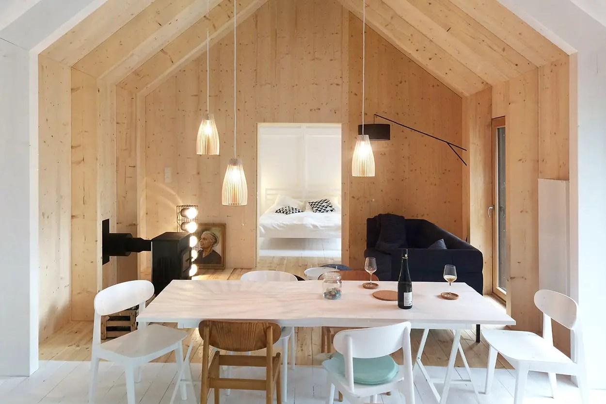 Une maison finlandaise design en bois noir au bord d'un lac