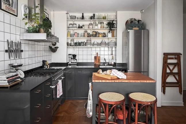 Cuisine ouverte, livres et charme atypique dans un appartement sur deux niveaux