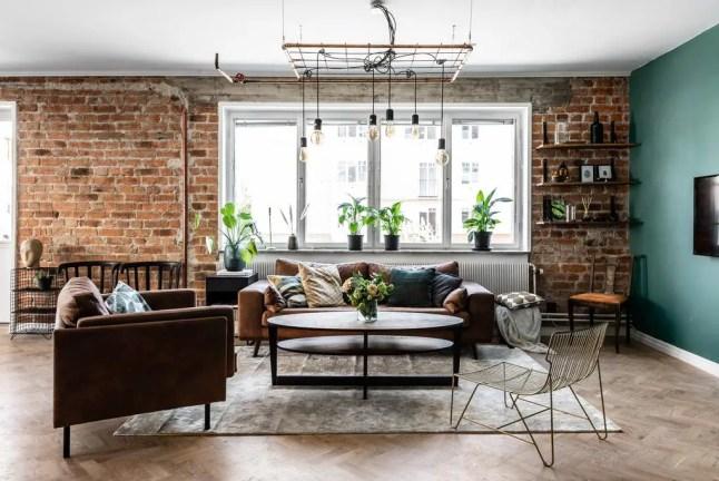 Canapés en cuir fauve dans un appartement entre briques et couleur