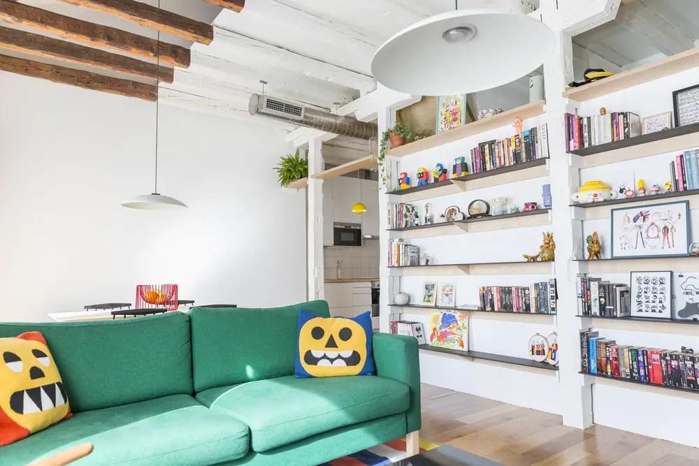 Un escalier astucieux a transformé cet appartement en duplex design