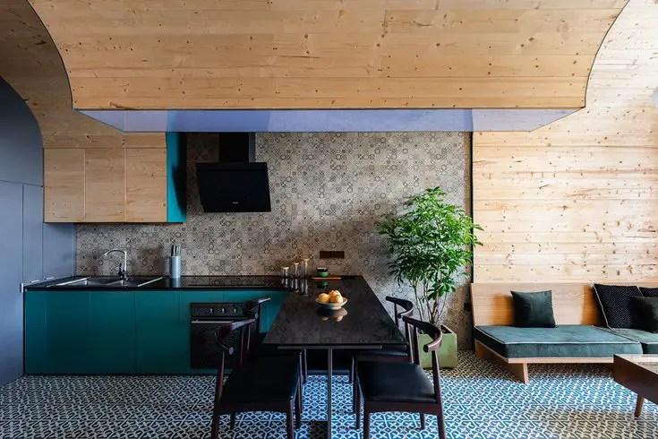 Un appartement au design bois et bleu pas comme les autres