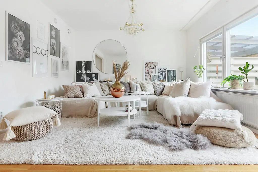 Une maison à la décoration douce et blanche prête pour l'hiver