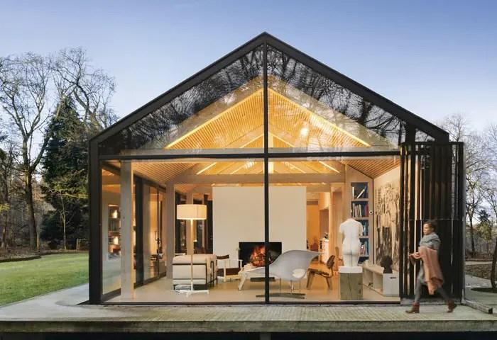 Cette maison d'architecte vitrée et fonctionnelle est intégrée dans la forêt
