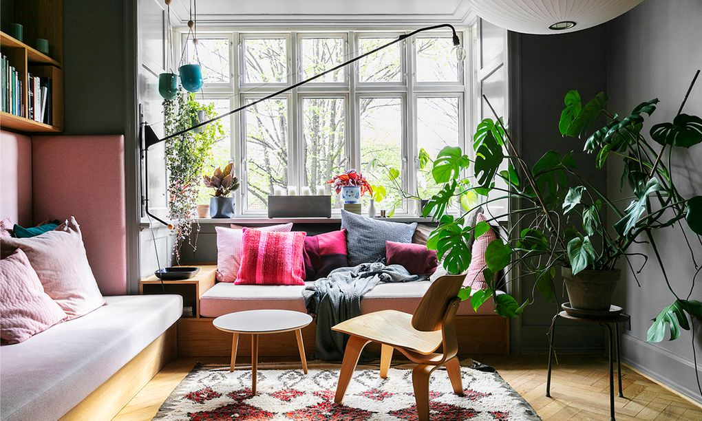Mobilier sur mesure dans l'appartement design et coloré d'un architecte d'intérieur