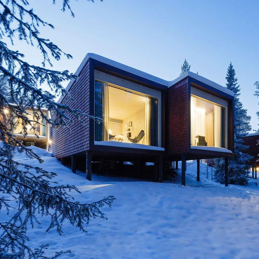 Cette petite maison en verre et bois vous offre une vue imprenable sur la neige (et les aurores boréales)