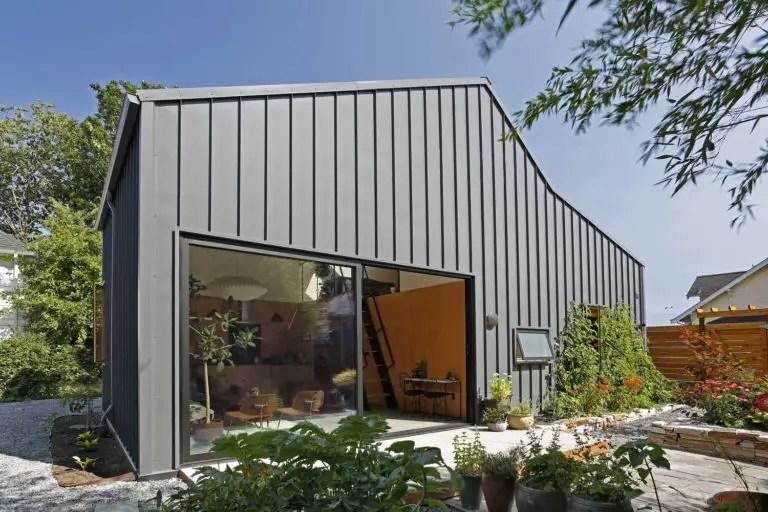 Une petite maison à la façade en métal (presque une maison container) - PLANETE DECO a homes world
