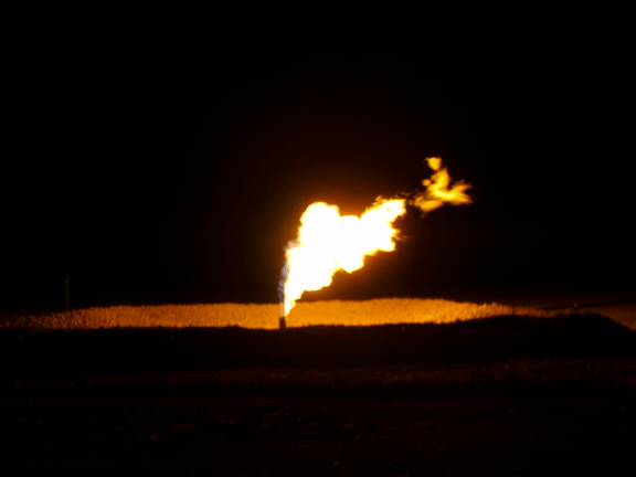 A methane flare from a mining operation on the North Dakota Bakken shale (Image: Creative Commons)