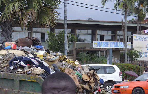 Garbage truck on the streets of Abidjan. Companie Tommy would dump Trafigura's toxic waste in several open areas across the poor suburbs of the city. (Image Credit: WikiMedia Commons)