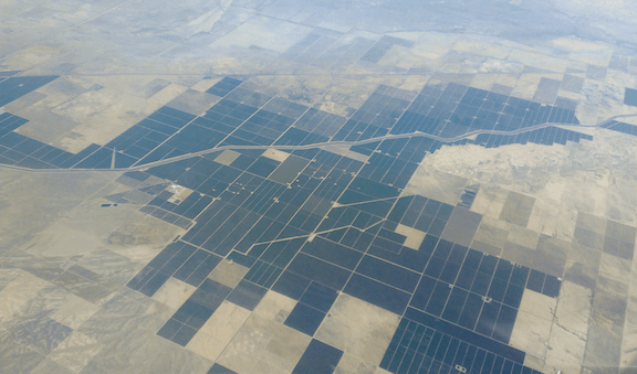 Farms in Kern County along to the California Aqueduct, in the southern San Joaquin Valley. (Image Credit: Alfred Twu)