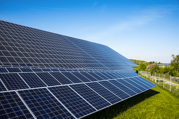 Array of solar photovoltaic panels. (Photo: Pixabay)