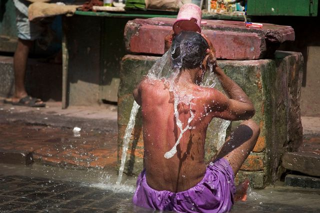 Man pouring water on himself on the street, Kolkata, India. (© Jorge Royan / http://www.royan.com.ar / CC-BY-SA-3.0)