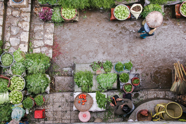 Become one with farmers markets, and you will become one with the environment. (Photo: Siamak Djamei / Unsplash)