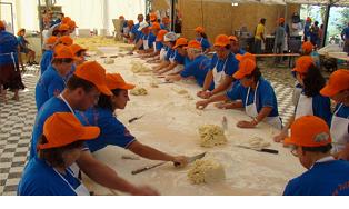 Alcuni momenti della lavorazione delle patate per realizzare gli gnocchi