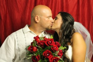 bride groom photobooth kiss