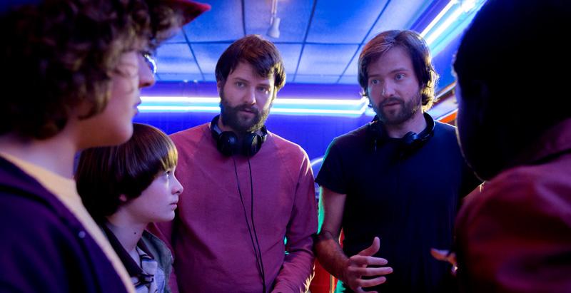 Os irmãos Duffer dirigem o elenco mirim de Stranger Things.