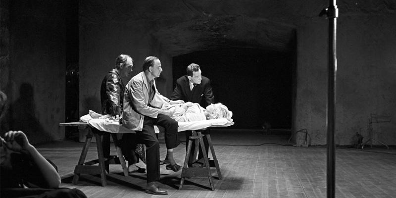 Bergman dirige seus atores pelo set de A Hora do Lobo