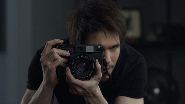 O personagem de François Civil tira uma foto