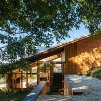 Diseño de hermosa casa de campo de 115 m², construcción se integra a topografía del terreno