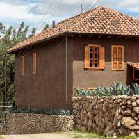 Diseño de hermosa casa construida con materiales autóctonos; adobe, madera y tejas andinas