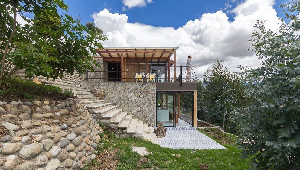 diseo de moderna casa de campo presenta exteriores en piedra con hermosa vista hacia la