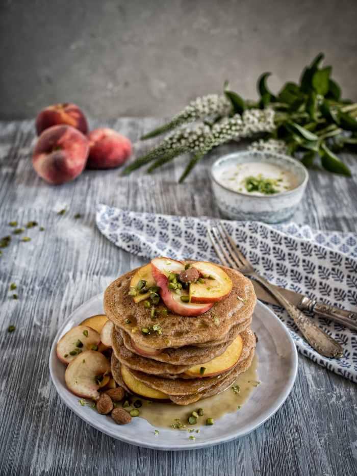 """Vegane """"Buttermilch"""" Pancakes mit Pfirsich und Zitronenmelisse in den Top 5 Frühstücksideen"""