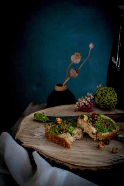 Schnelles veganes Grünkohl Pesto mit Artischocke und Koriander