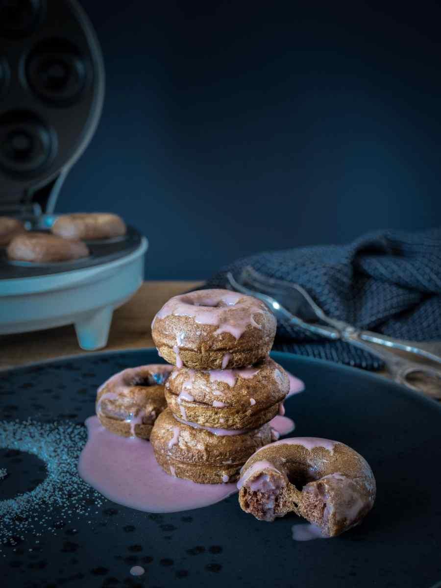 Weihnachtliche Dinkel Donuts mit Zimt und Glühwein Glasur