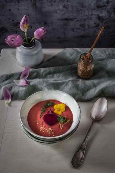 rote beete Suppe mit Deko auf Tisch