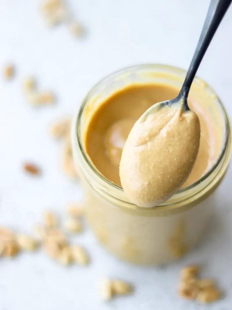 pasta de amendoim caseira muito cremosa servida em um pote de vidro