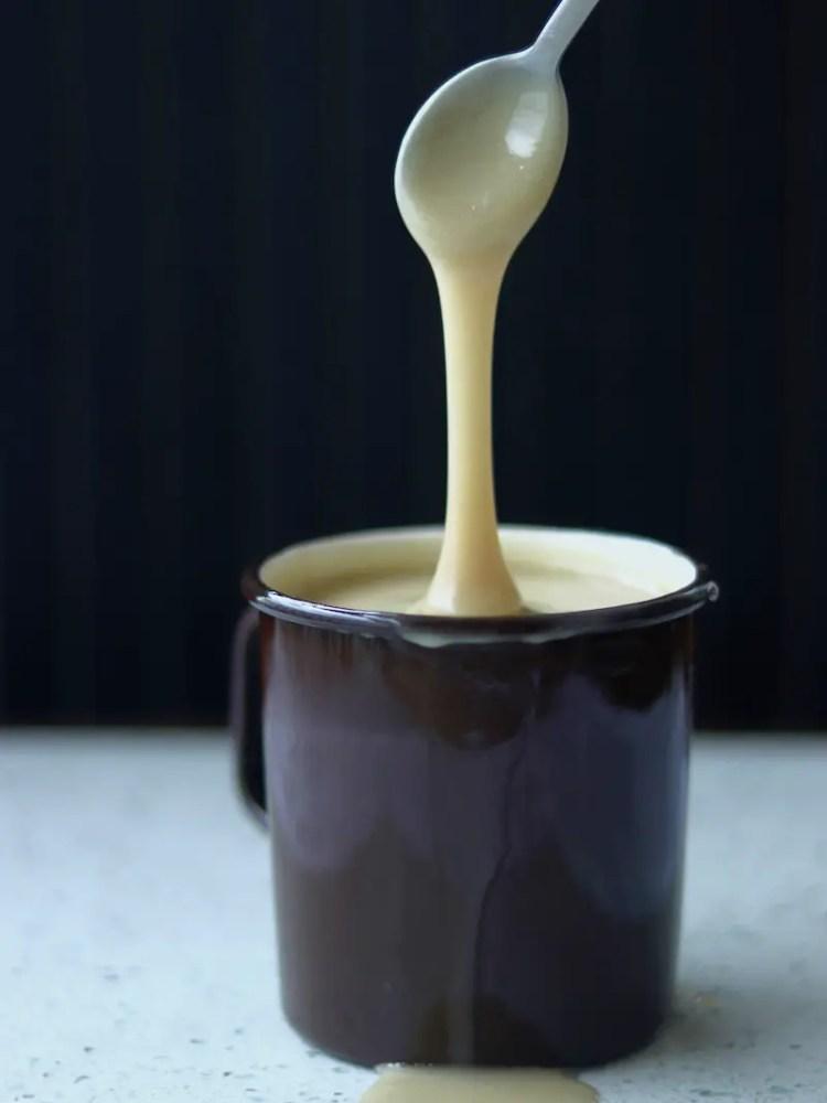leite condensado vegano transbordando em um recipiente