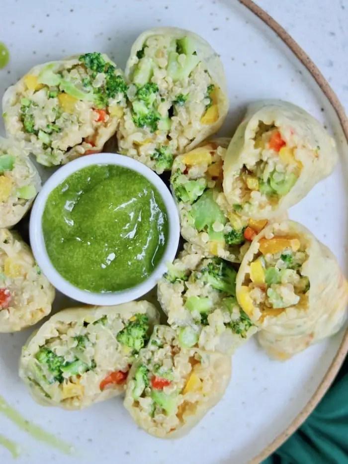 rolinho de folha de arroz com quinoa cremosa e legumes servido com creme verde de erva doce