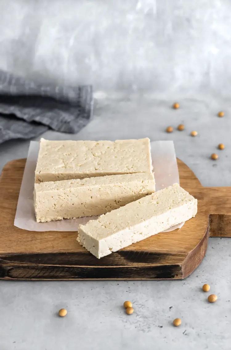 tofu caseiro cortado em uma tábua de madeira