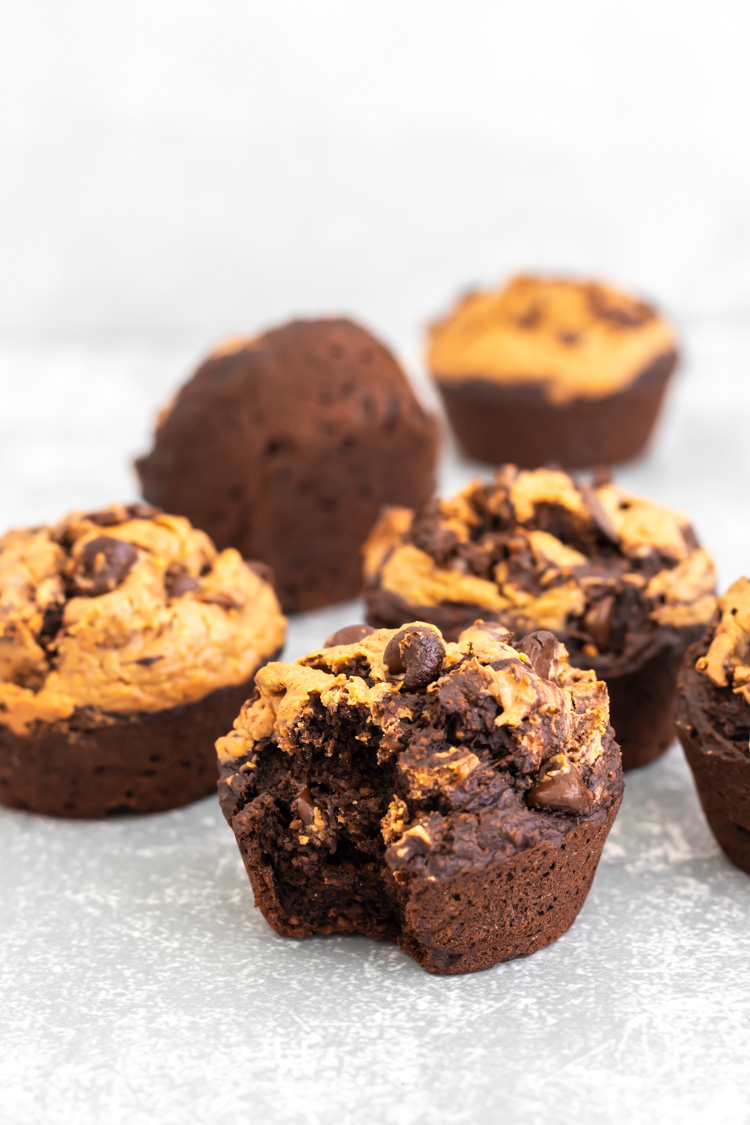 muffin de chocolate com amendoim mordido