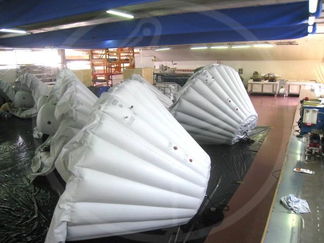 Casques gonflables de protection pour fusée Ariane. Base Nouvelle Guinée