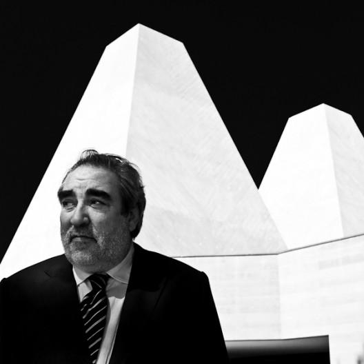 Eduardo Souto de Moura, 2011 Pritzker laureate, frente al Museo Casa das Histórias de Paula Rego. Foto por Francisco Nogueira.