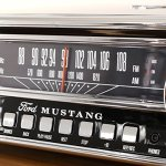 ION Audio Mustang LP – Chaîne Hi-Fi Rétro Ford Mustang 4-en-1 avec Platine Vinyle, Radio, Port USB et Prise AUX, ainsi que des Puissantes Enceintes Stéréo Intégrées – Finition Noire