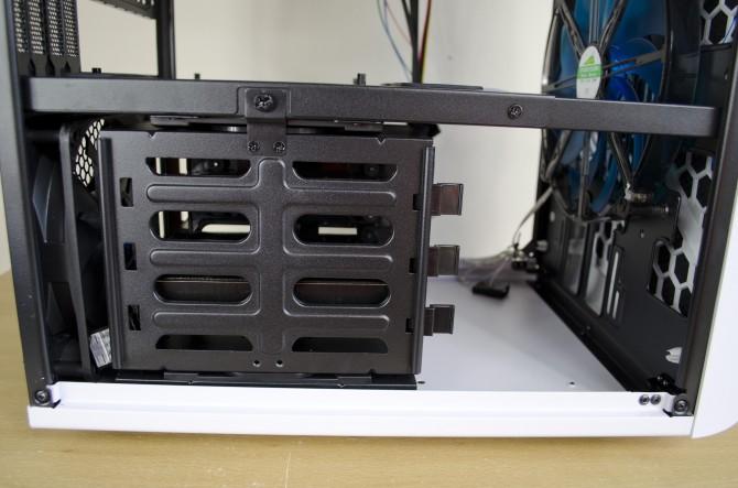 AeroCool Strike X Cube interior hdd cages