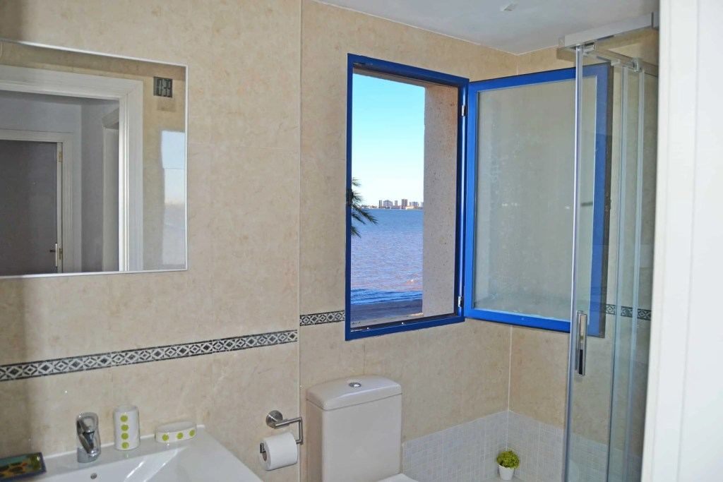 Baño con vistas al mar y buena ventilación.