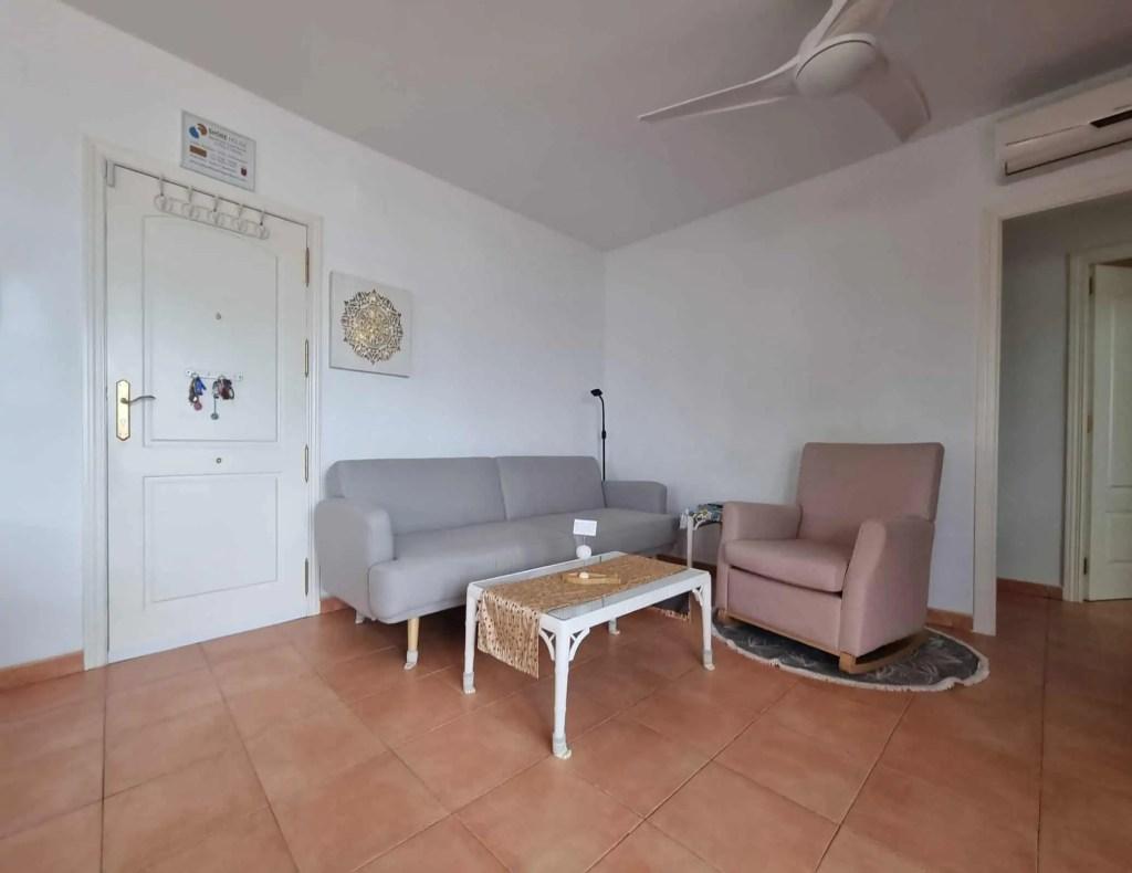 Sala de estar con sofa cama y sillón mecedora