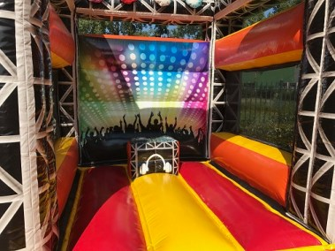 Springkussen-mini-disco-met-draaitafel-play all day sprinkussen DJ