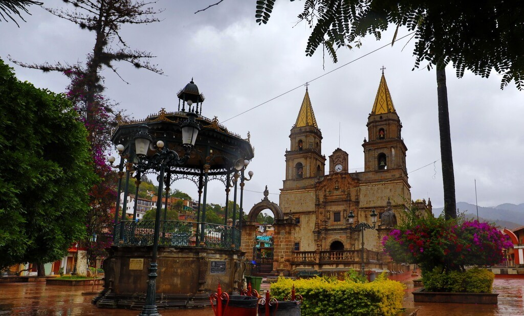 The plaza and Basilica of Our Lady of the Rosary of Talpa are the reason why Talpa de Allende is a pueblo magico.