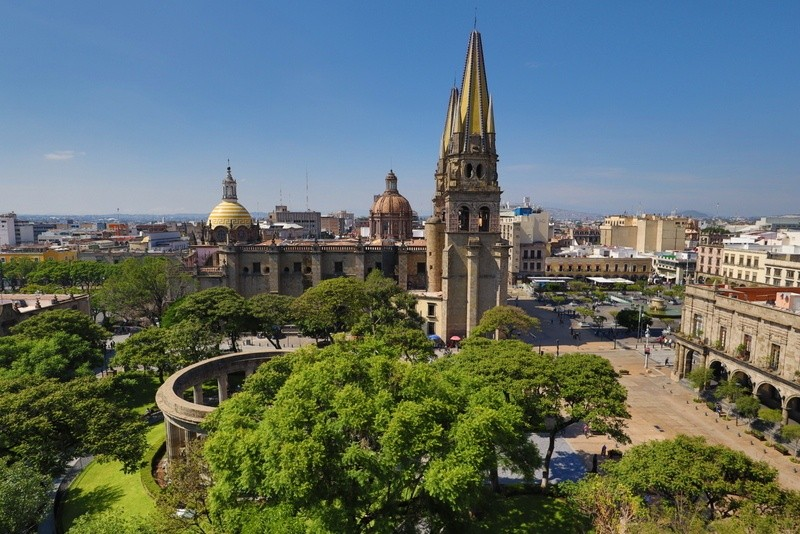 Rotonda de los Jaliciences ilustres and the Guadalajara Cathedral in the background