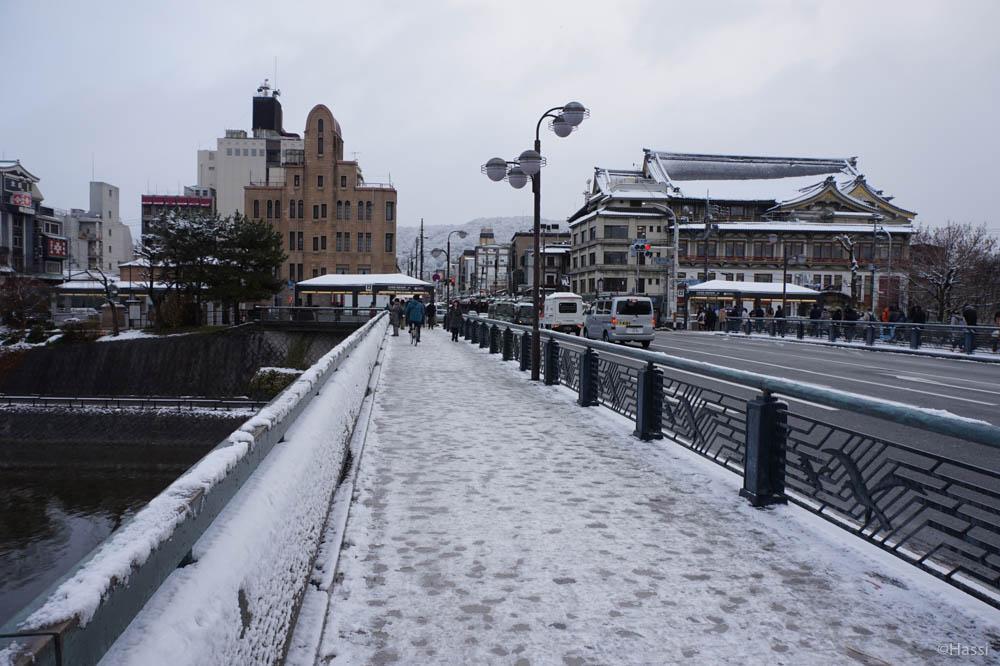 ガチガチに凍った四条大橋