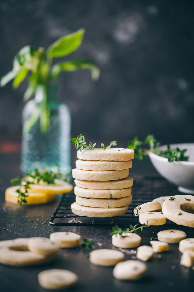 Lemon Thyme Shortbread Cookies | Playfulcooking #cookies #shortbread #lemon #thyeme #foodphotography #foodstyling