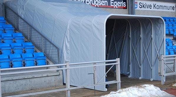 Personnalisable, imperméable et pliable, le tunnel d'accès protège vos sportifs lors leur entrée sur le stade.