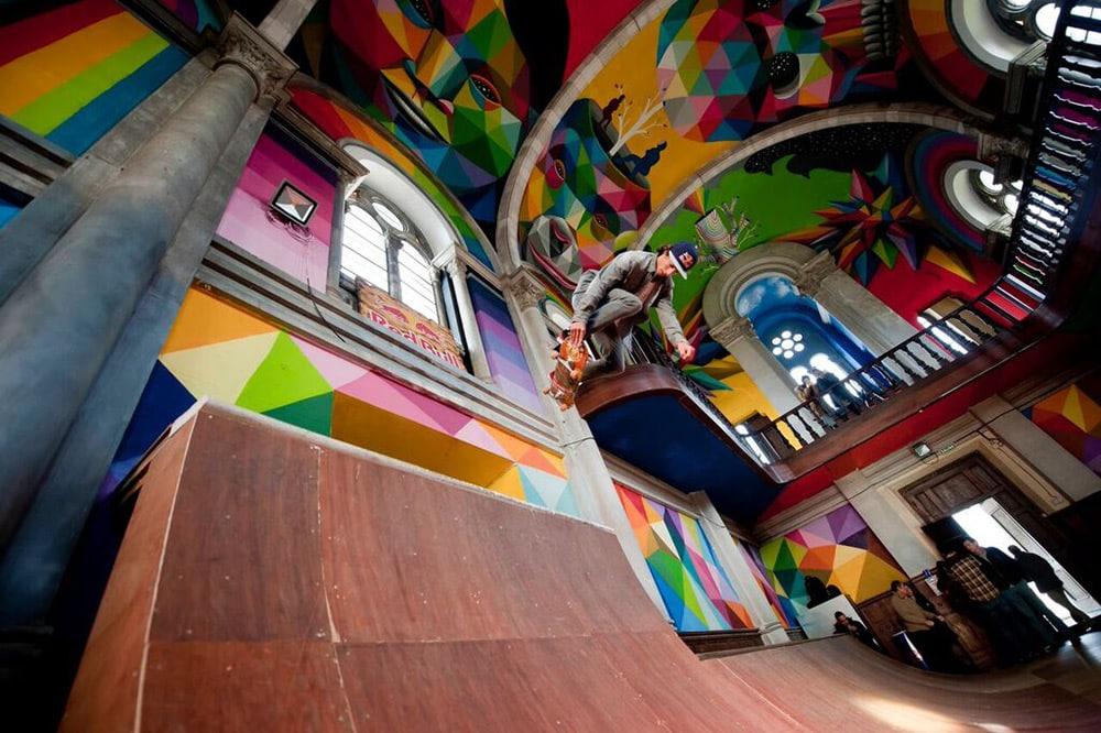 tricks en skate sur la rampe de l'église réhabilité en skatepark