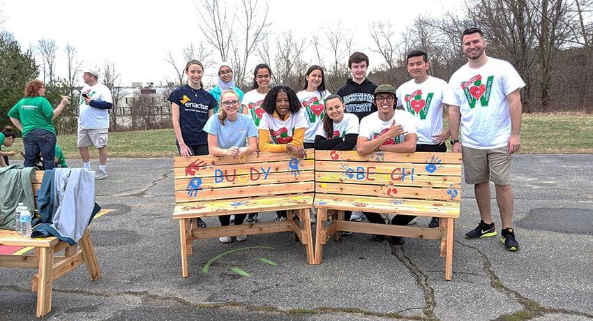 es anciens élèves se sont joints aux membres du groupe d'étudiants Enactus pour installer deux bancs de l'amitié